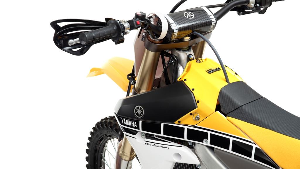 La YZ450F vanta una serie di aggiornamenti motore e ciclistica