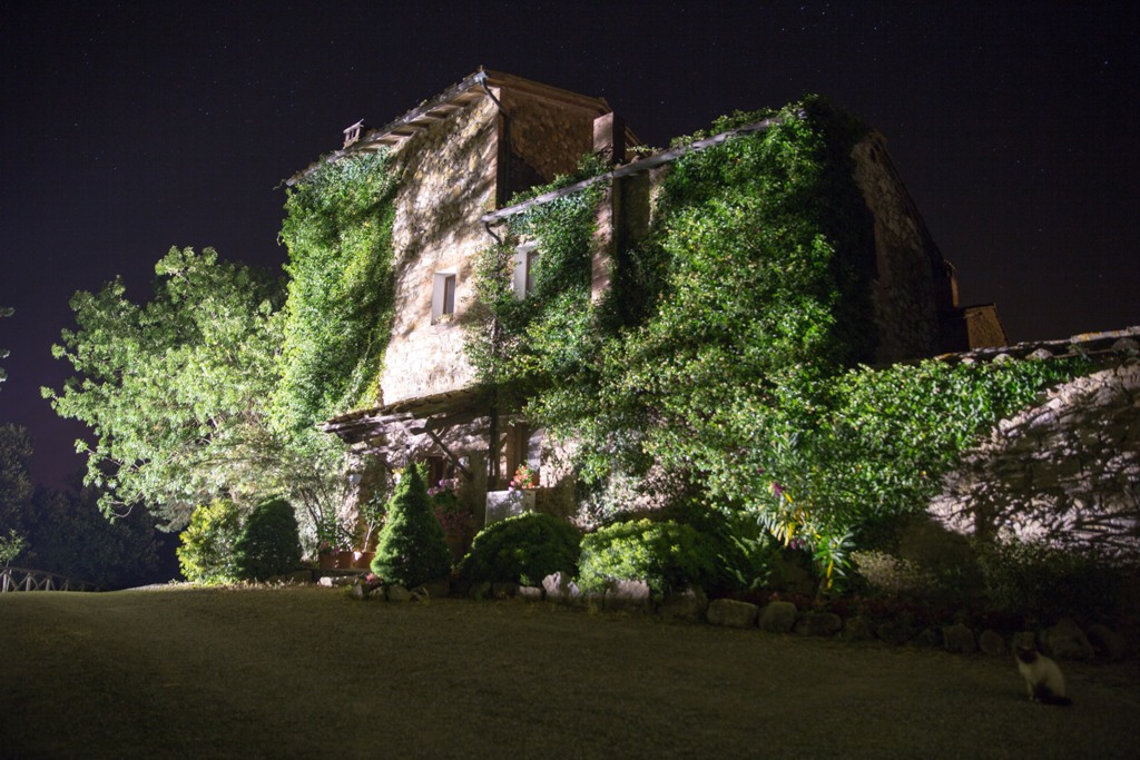Viamaggio, suggestiva vista notturna della struttura