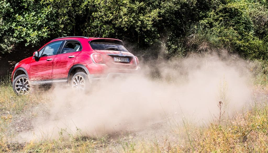La 500X AWD è precisa sui sterrati veloci grazie alla trazione integrale
