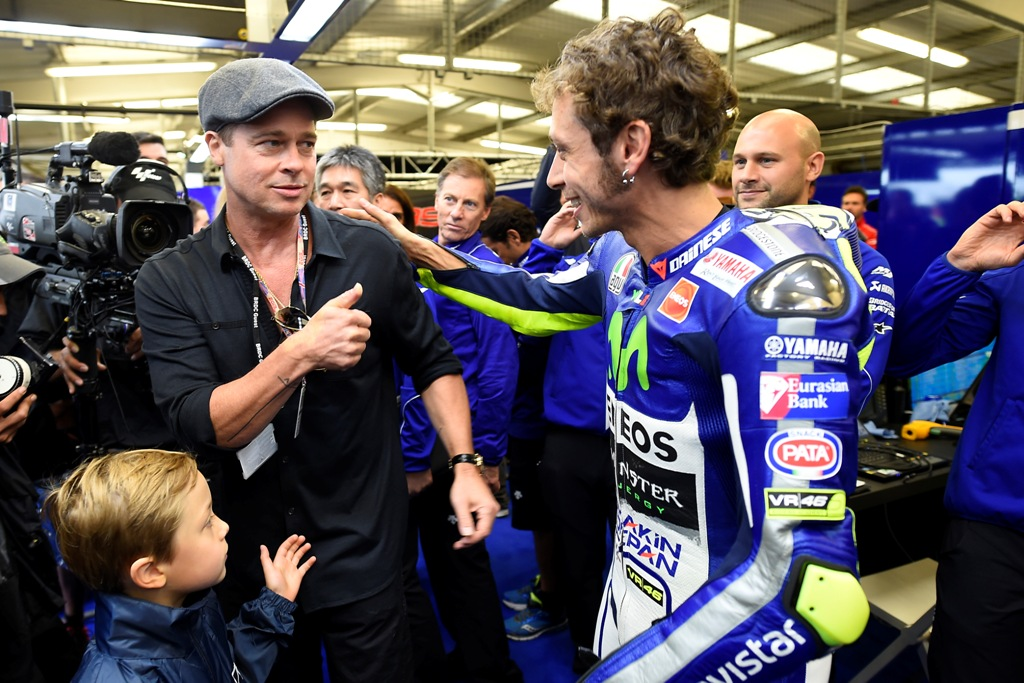 Silversone 2015, Brad Pitt e Valentino Rossi al box Yamaha