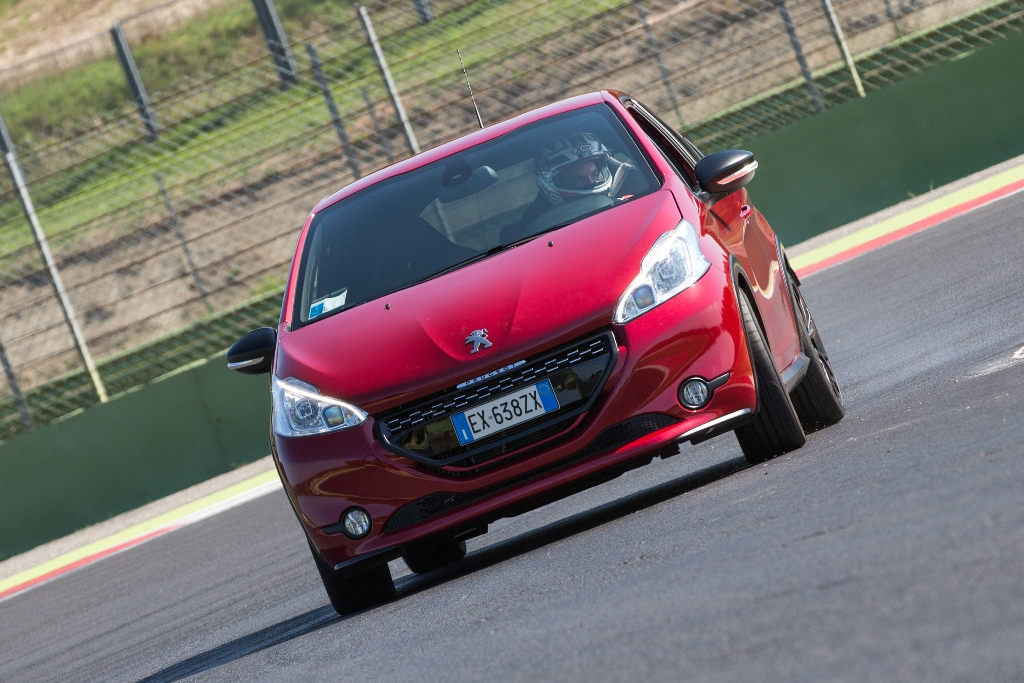 208 GTi 30th, carreggiate maggiorate per la 30th
