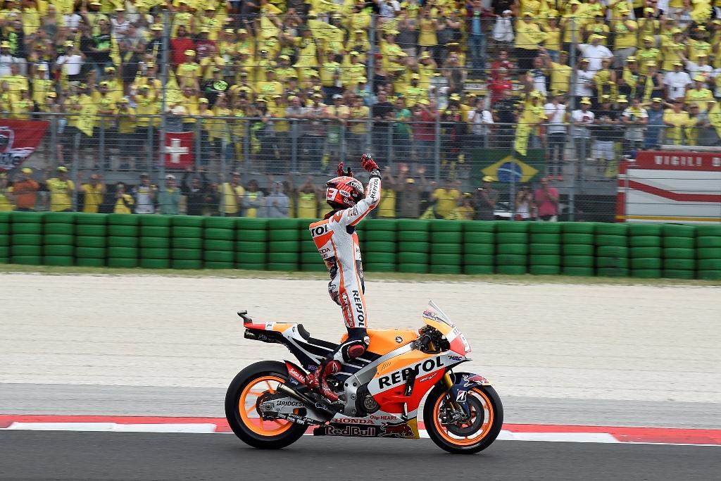 MotoGP Misano 2015, Marquez davanti alla tribuna di Rossi...