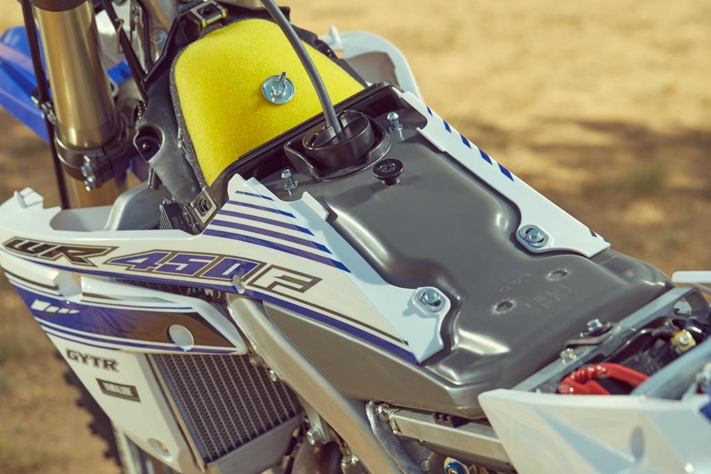 Yamaha enduro 2016, la cassa filtro alta ed il serbatoio sotto la sella della WR450F