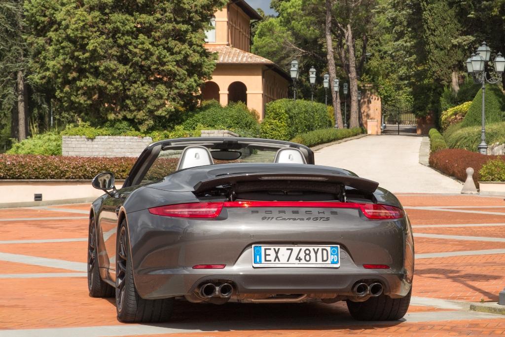 Porsche Carrera 4 GTS, la parte posteriore con l'alettone a scomparsa