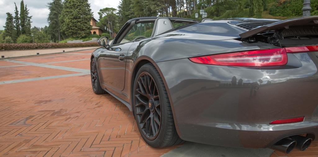 Porsche 911 Carrera 4 GTS, si nota la caarregiata allargata