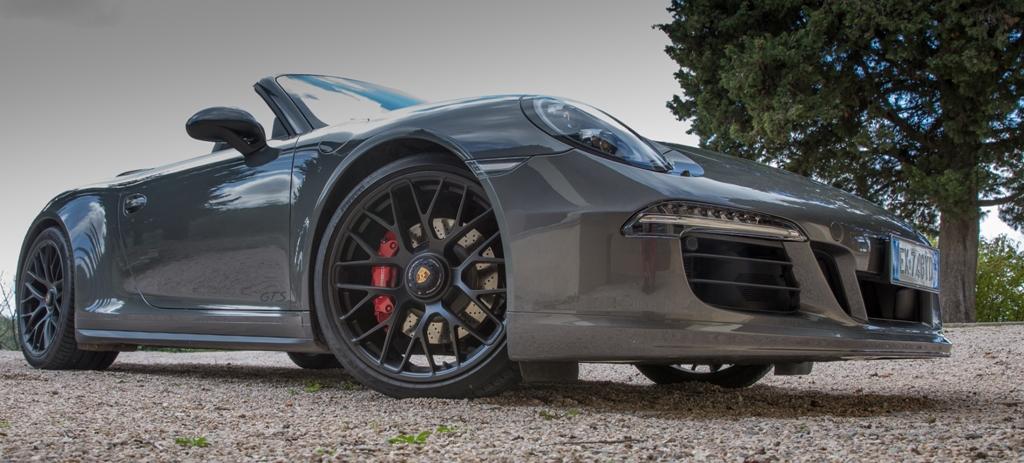 Ambiente sportivo e forme aggressive per la 911 Carrera 4 GTS