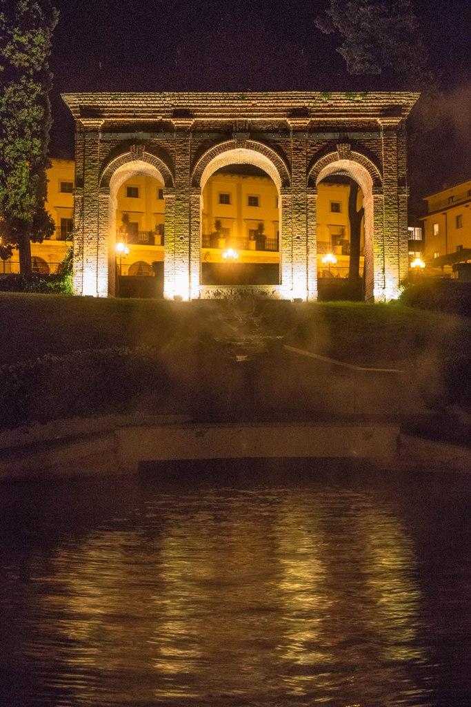 Fonteverde, vista notturna della piscina scoperta