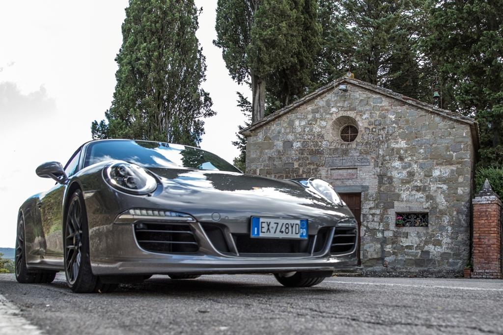 Porsche 911 Carrera 4 GTS, viaggio suggestivo in Val d'Orcia