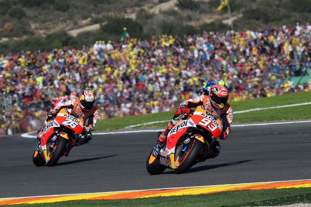 Marquez e Pedrosa nel tratto finale di gara a Valencia 2015