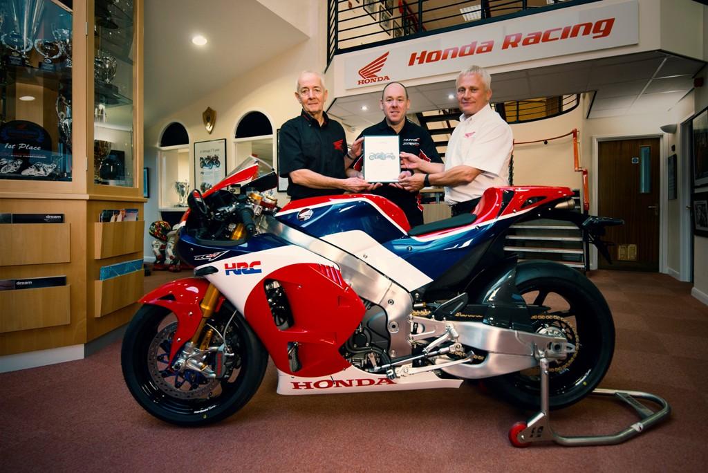 La consegna della moto, la prima al mondo ad essere consegnata