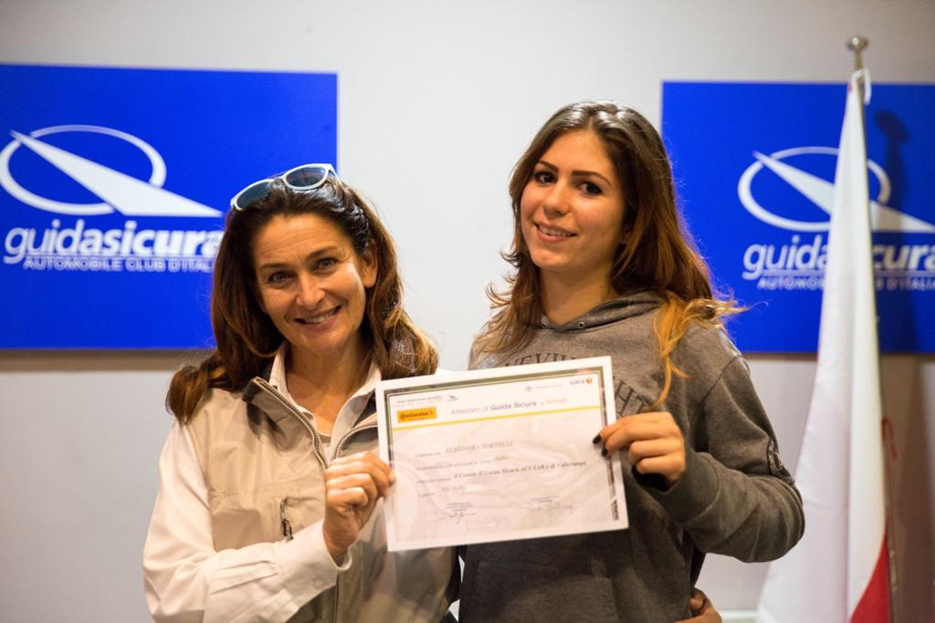 Corso Guida Sicura ACI-SARA, fine corso e consegna attestato alla nostra allieva Eleonora