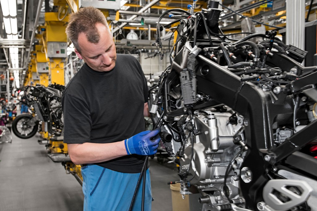 BMW, l'assemblaggio del motore da 999 cc