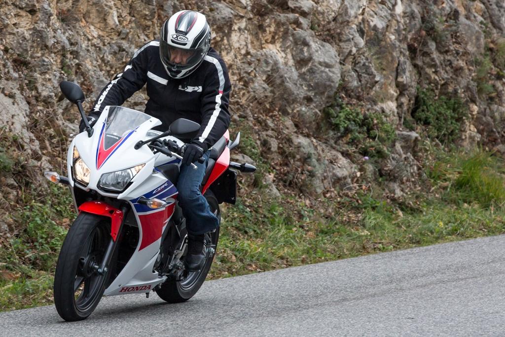 Honda CBR300R, in staccata si scompone un po...