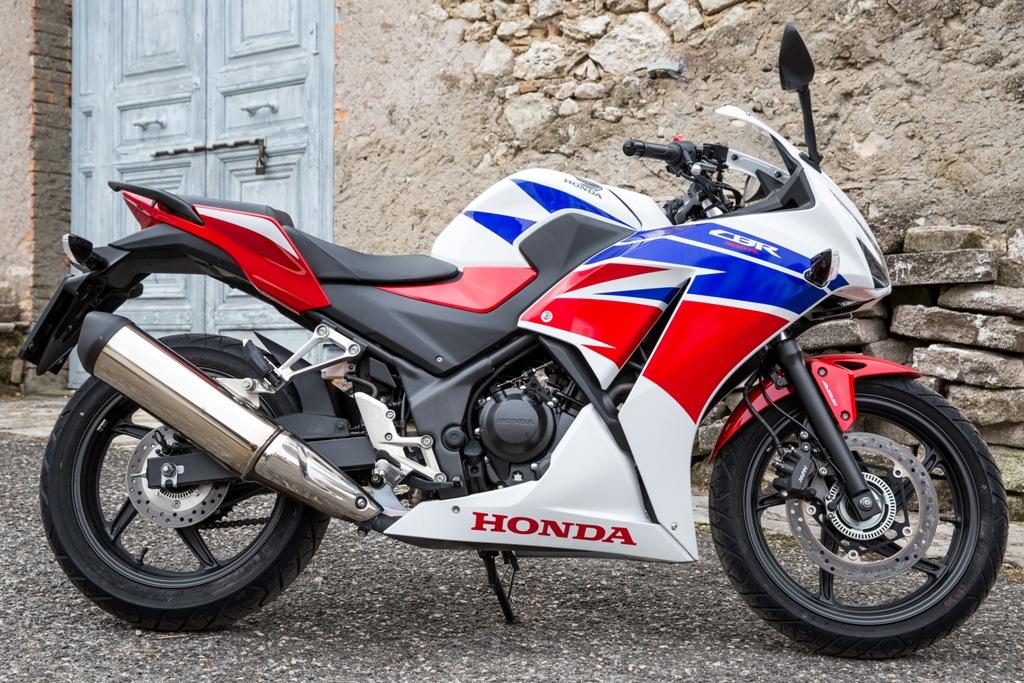 Honda CBR300R, il terminale di scarico grande ne esalta lo spirito racing