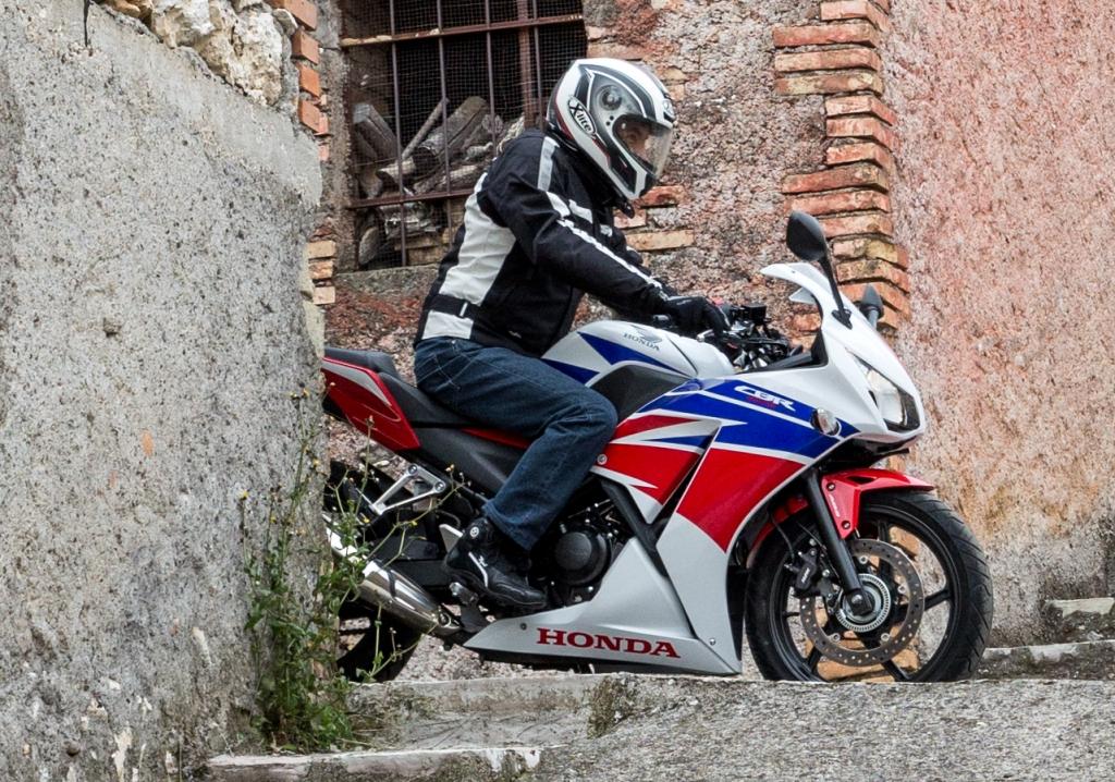 Honda CBR300R, posizione di guida sempre comoda