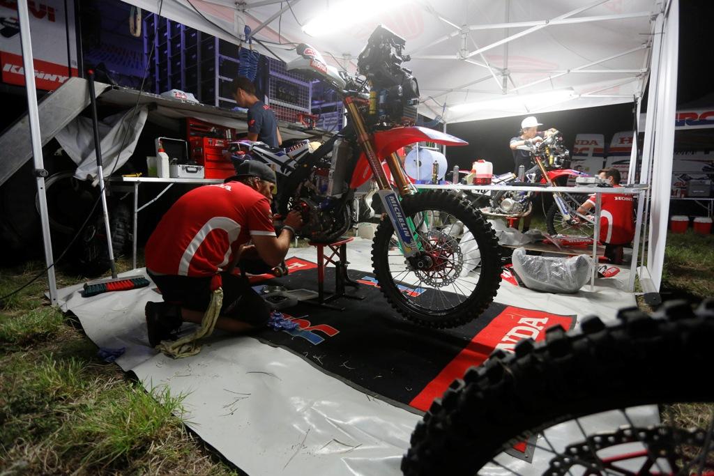 Si lavora sulla CRF450 Rally nella tappa 10