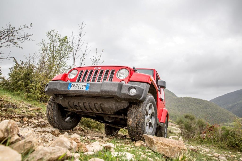 Jeep Wrangler, muso all'insù e grande sforzo per la 4x4 americana