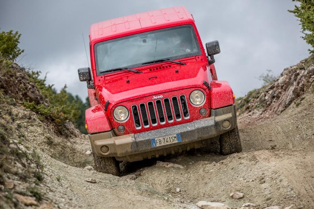 Jeep Wrangler, la discesa con pietraia e fondo mosso
