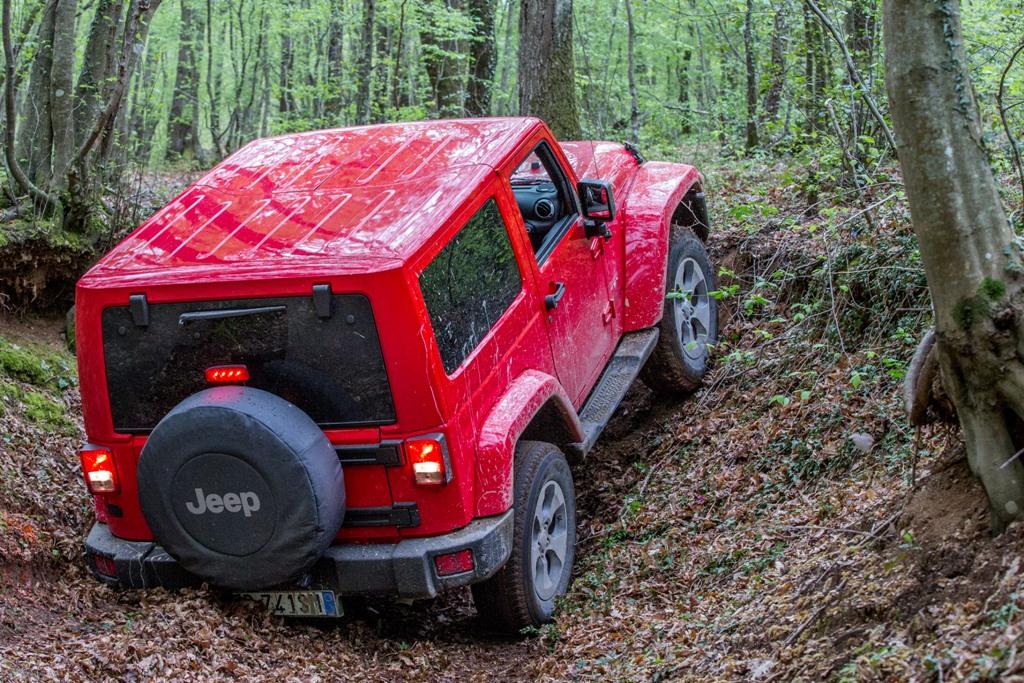 Jeep Wrangler Sahara, nulla è impossibile con la 4x4 da 284 CV ed il V5 Pentastar