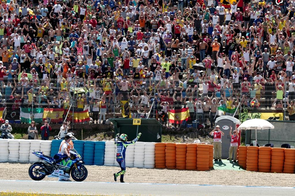 Rossi ha tanti fans in giro e festeggia con loro a Jerez
