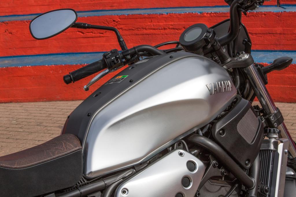 La Yamaha XSR700, particolare del serbatoio