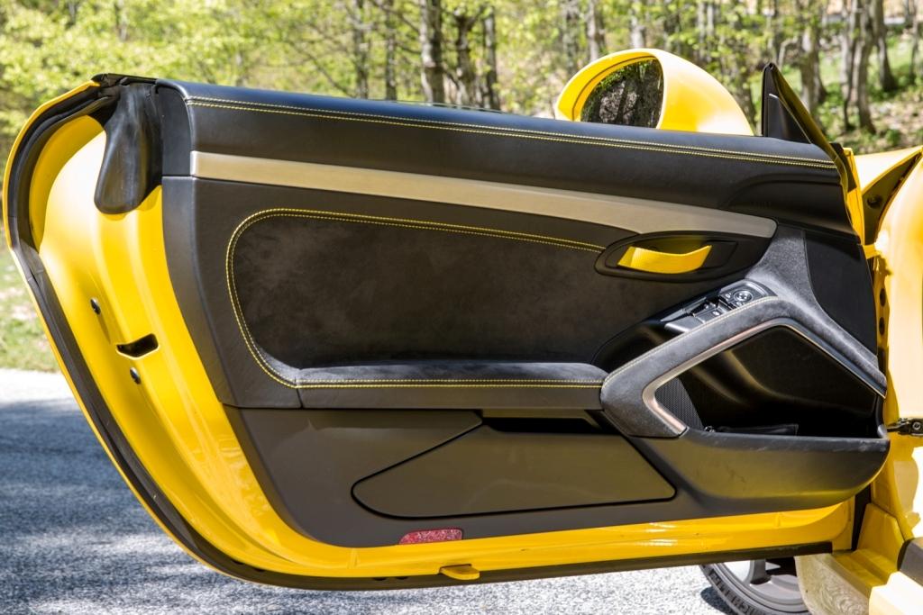 lo sportello interno della Cayman GT4