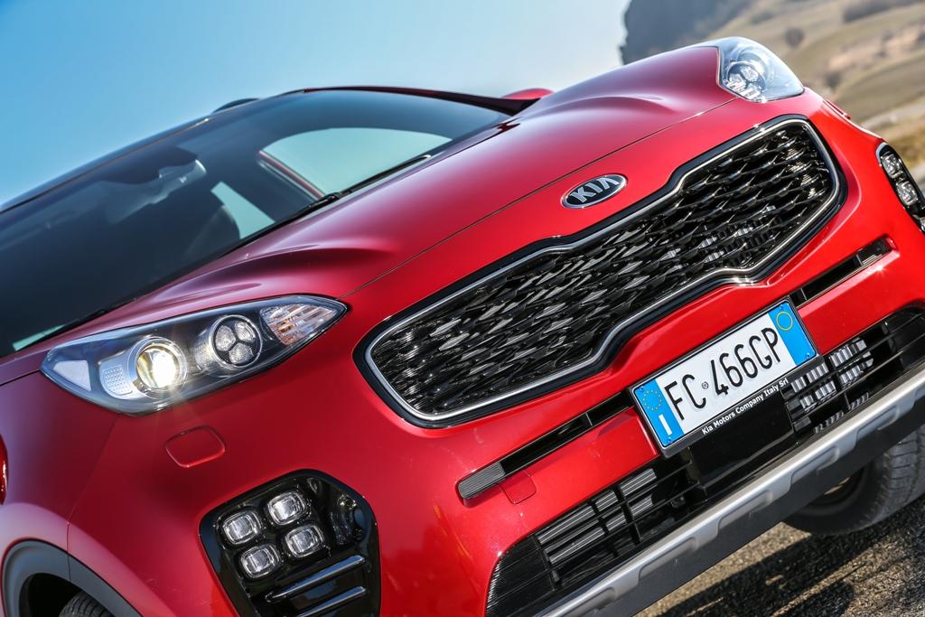 Kia Sportage 2016, il frontale ed i proiettori sulla fascia alta vettura