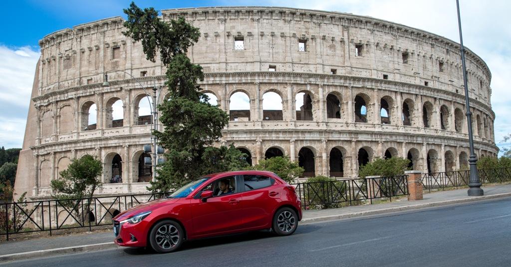 Mazda 2 è un'utilitaria per grandi e piccoli spazi...