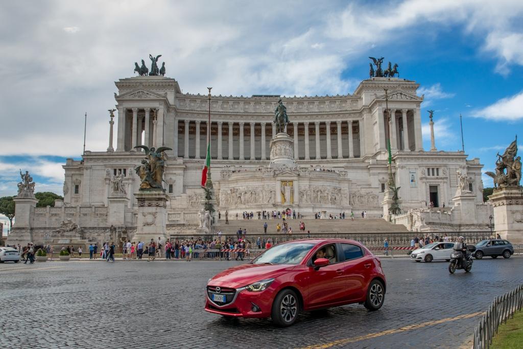 Mazda 2 in una delle piazze più famose al mondo