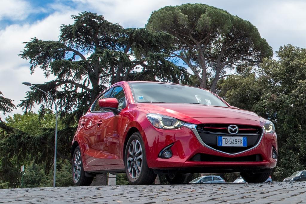 Mazda 2, frontale sportivo e luci LED