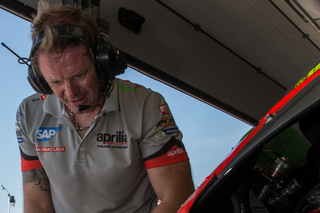 la fatica e l'impegno dei tecnici Aprilia Racing