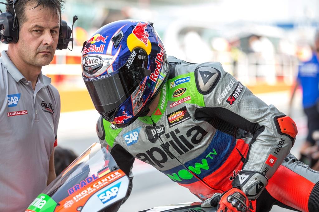 bradl rientra al box per il cambio moto