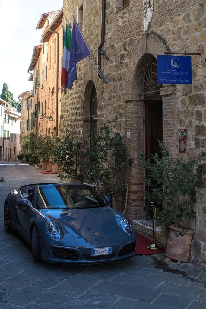 Porsche Carrera 4S Cabrio, l'imgresso del Palazzo del Capitano Collection