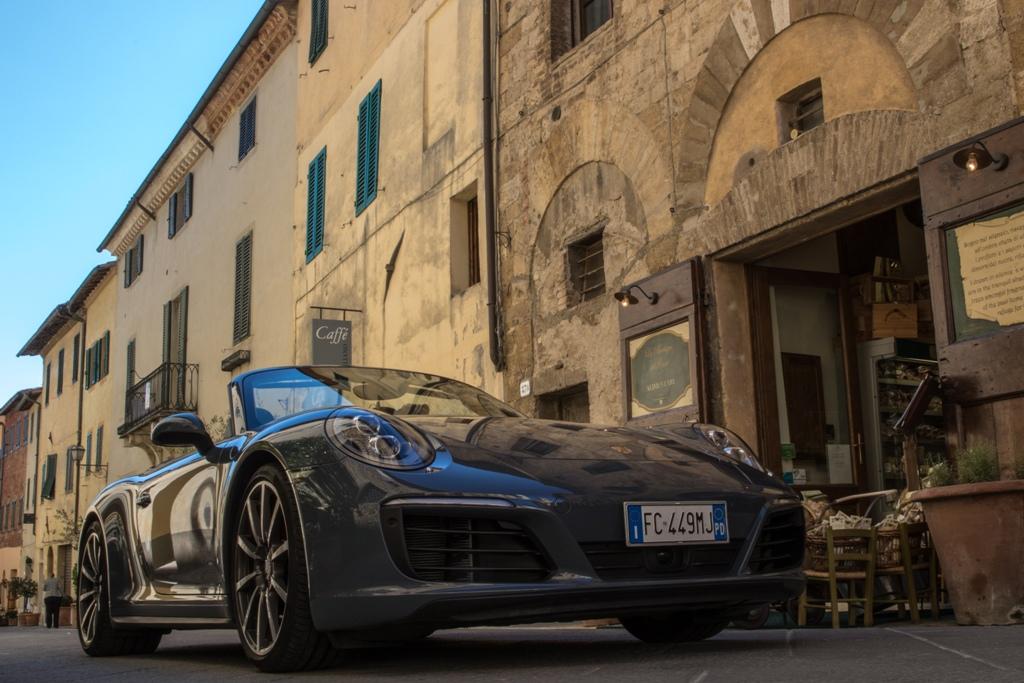 particolare del gruppo ottico anteriore della Carrera 4S Cabrio