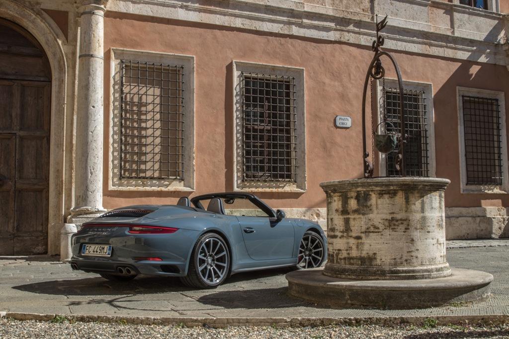 San Quirico d'Orcia e la Carrera 4S Cabrio, il nuovo stile Porsche