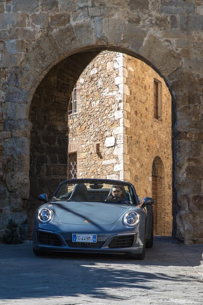 Porsche Carrera 4S Cabrio: l'ingresso a San Quirico d'Orcia