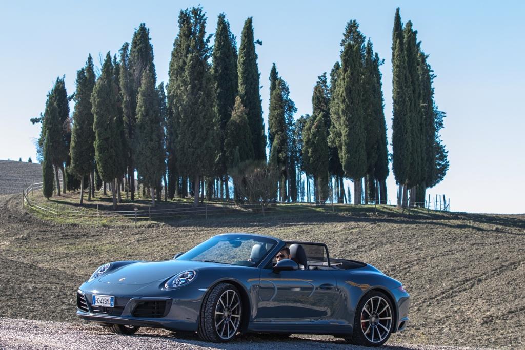 Porsche Carrera 4S Cabrio con il simbolo della Toscana