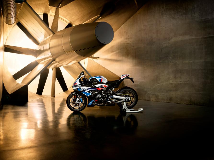 BMW motorrad, nuova BMW M 1000 RR, appendici aerodinamiche M 1000RR, BMW ShiftCam, fibra di carbonio appendiic BMW,